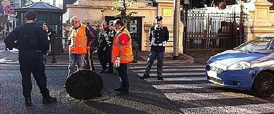 Oro rosso nel tombino 2 arresti a roma - Commissariato porta maggiore ...