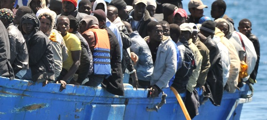 Migranti a bordo di una barca in mare