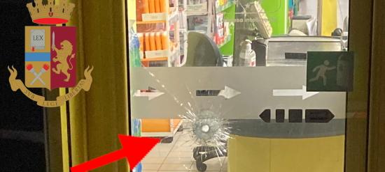 il foro di un proettile sul vetro