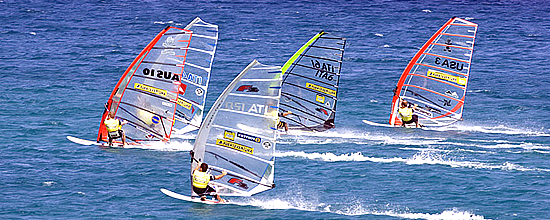 Una regata di windsurf