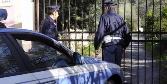 La Polizia interviene in una villa per furto